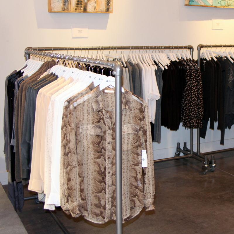 Hohe Kleiderständer auf Rollen