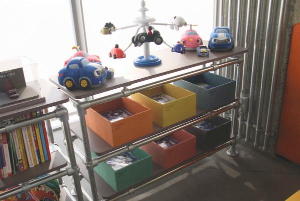 Spielzeugregal aus Rohrverbindern und Rohren
