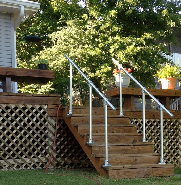 安装在木质楼梯上的坚固扶手