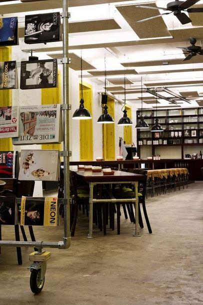 具有工业风格的桌子和杂志架