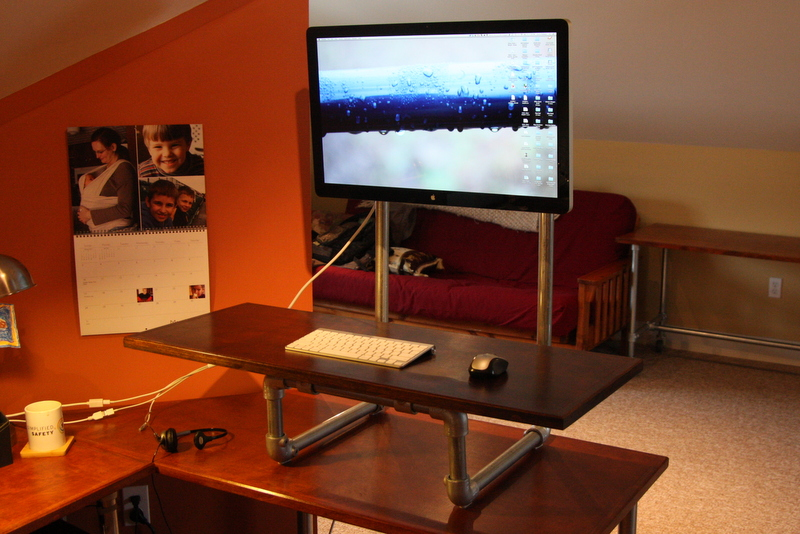 37 DIY Standing Desks Built with Pipe and Kee Klamp - Projects ...