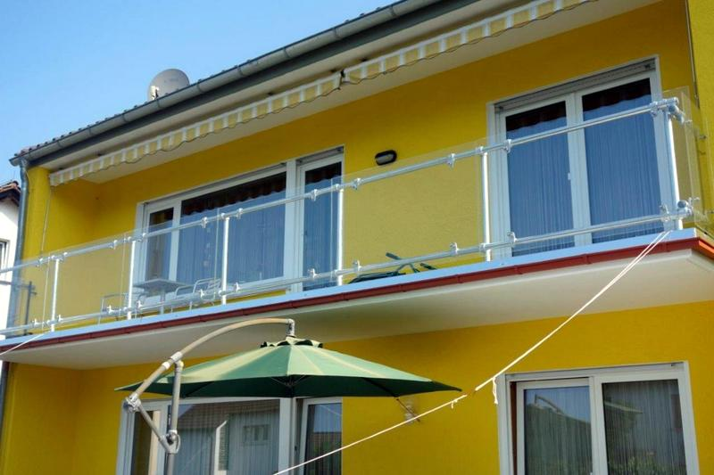 Glass panel balcony railing simple elegant and safe for Glass balcony railing