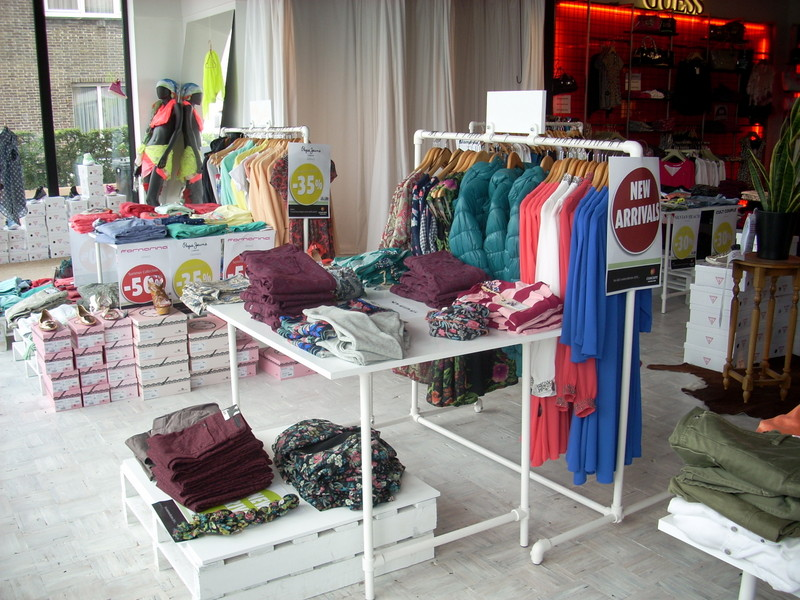 Industrial style retail clothing racks for Retail shop display ideas