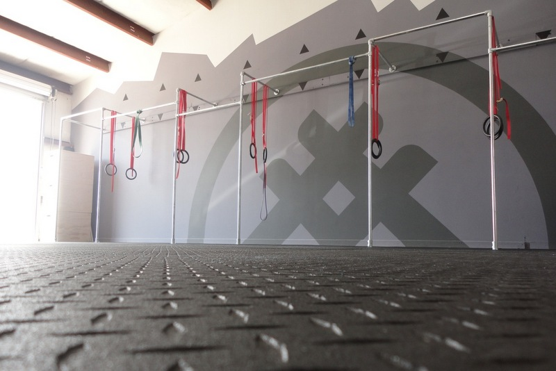 Wall mounted multi person crossfit pull up rack
