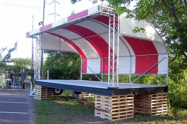 Dachkonstruktion aus Rohrverbinder für eine Festivalbühne