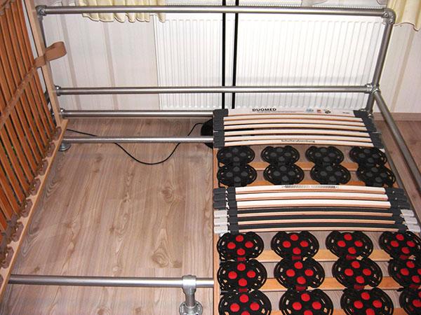 bettrahmen aus rohrverbindern und rohren selber bauen. Black Bedroom Furniture Sets. Home Design Ideas