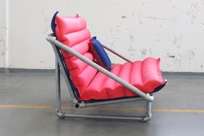 Stylisches Sofa aus Rohrverbindern im Industriedesign