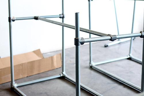 Een zelf gemaakt bureau monteren