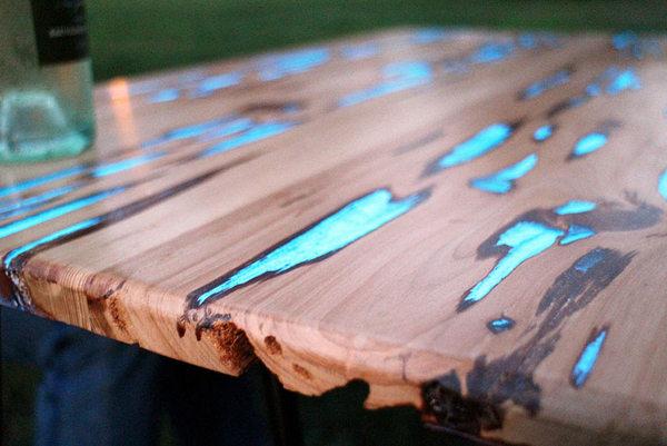 Houten tafelbladen die oplichten in het donker