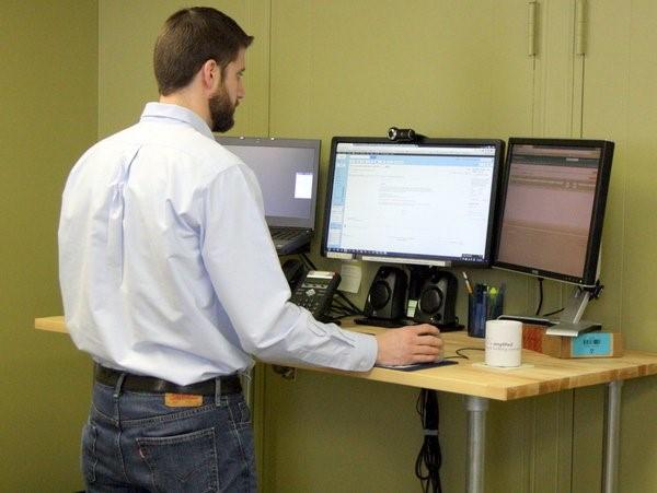 Werken aan een sta bureau