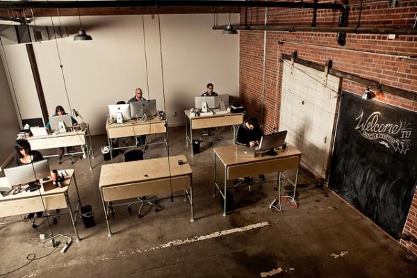 Zit en Staande bureaus op kantoor /> <img src=