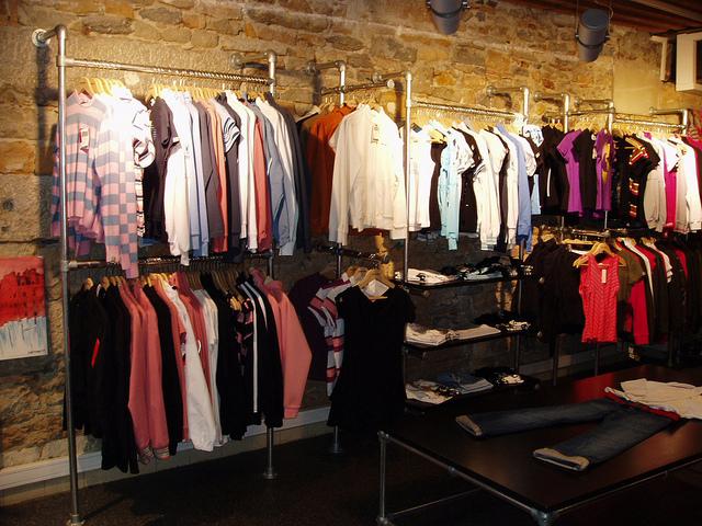 offenes Schranksystem mit Kleiderständer