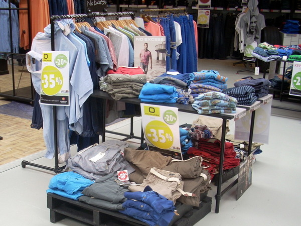 Kleiderstaender für einen Laden
