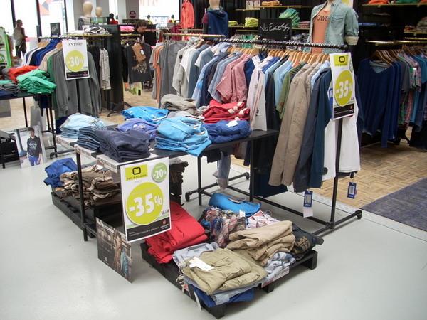 Kleiderständer im Industriedesign für Geschäftsräume
