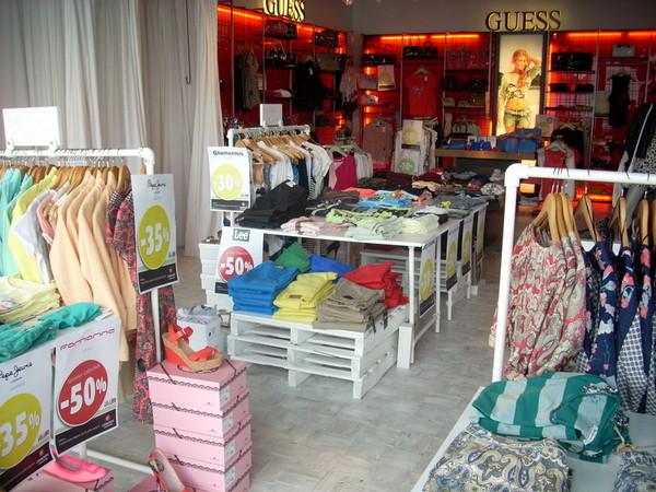 Kleiderständer für eine Ladenfläche im Industriedesign