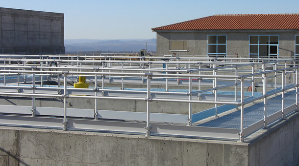 Aluminum pipe railing made with kee lite fittings